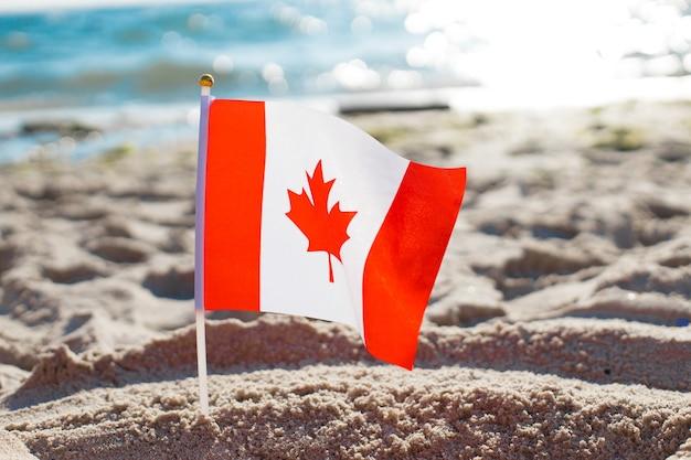 Canada vlag strand op het strand in de buurt van de zee in de zomer