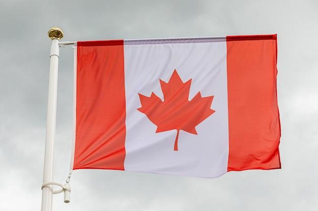 Canadese vlag in de lucht met witte wolken