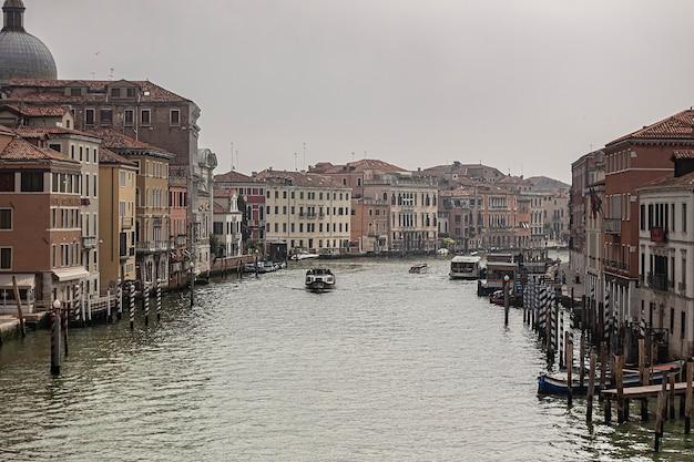 Canal grande-landschap in venetië in italië tijdens een bewolkte dag