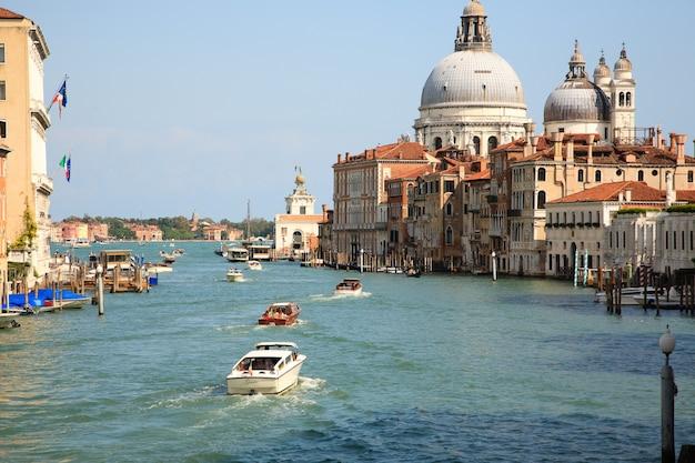 Canal grande-mening, venetië, italië. italiaans monument. navigatie op het water