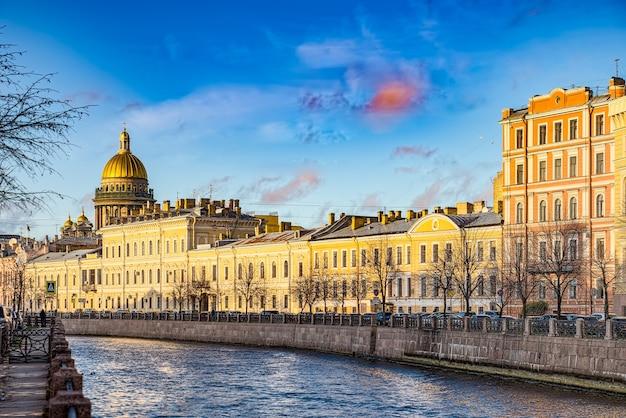 Canal gribobedov en de izaäkkathedraal, stedelijk uitzicht op sint-petersburg. rusland.