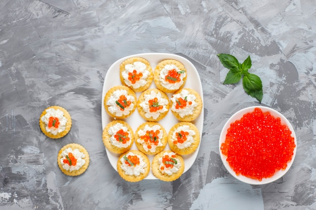 Canapé met rode kaviaar voor feest
