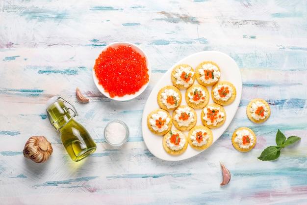 Canapé met rode kaviaar voor feest.
