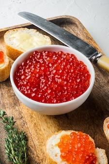 Canapé met rode zalmkaviaar, voor nieuwjaar, op witte tafel