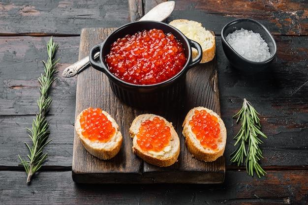 Canapé toast met rode kaviaar op oude donkere houten tafel