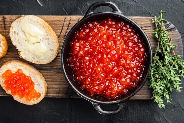 Canapé toast met rode kaviaar, op zwart