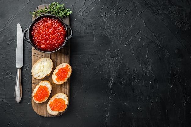 Canapé-toast met rode kaviaar