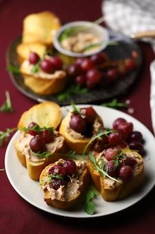 Canapes met paté en druiven.