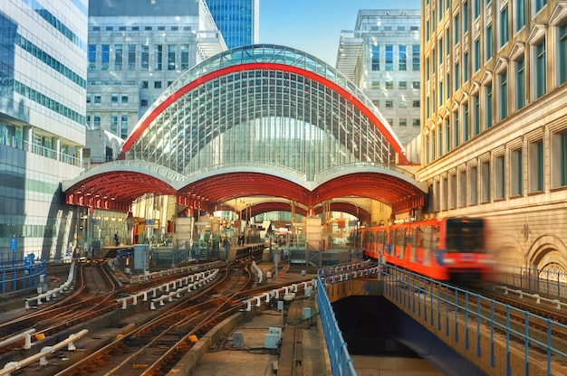 Canary wharf, dlr-station in londen, verenigd koninkrijk