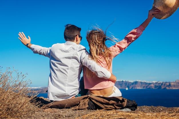 Candicouple verliefd genieten van zee landschap op huwelijksreis