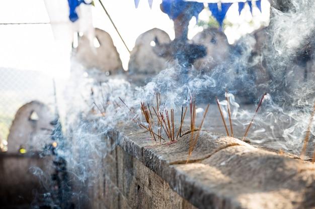 Candless in de oude tempel van boedha op shri lanka