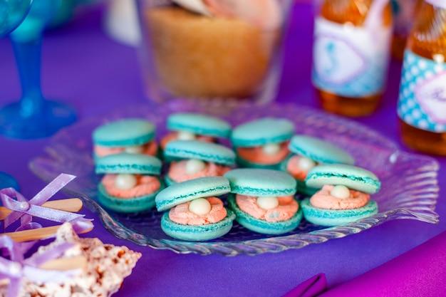 Candy bar, bevat fruit, cupcakes, chocolade en nog een zoet dessert op de bruiloft