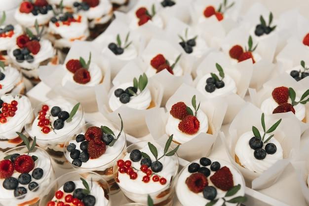 Candy bar. cupcakes en desserts met bessen. concept van de verjaardagsfeestjes en bruiloften van kinderen