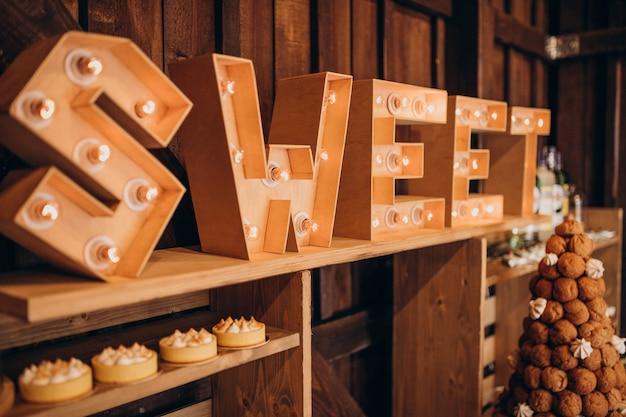 Candy bar met desserts op een bruiloft