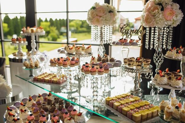 Candy bar met een verscheidenheid aan snoep tijdens de vakantie
