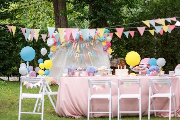 Candy bar met verschillende snoepjes op een feestje