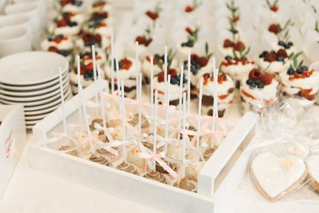 Candy bar. snoep op stokken cake pop's. het concept van verjaardagsfeestjes voor kinderen en bruiloften
