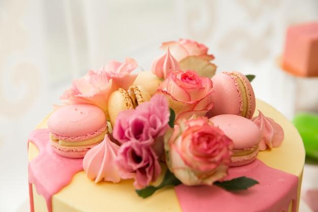 Candy bar. snoepgoed. eten op vakantie. zoete tafel voor de bruiloft. klaar voor het feest. bruiloft banket. ijs, cake, bitterkoekjes, muffins.