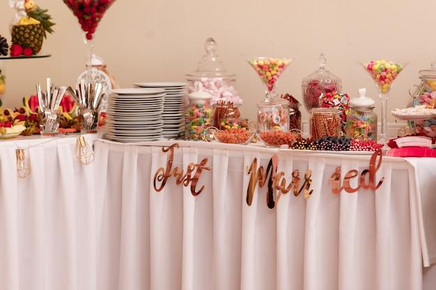 Candy bar. tafel met snoep, snoep, dessert.