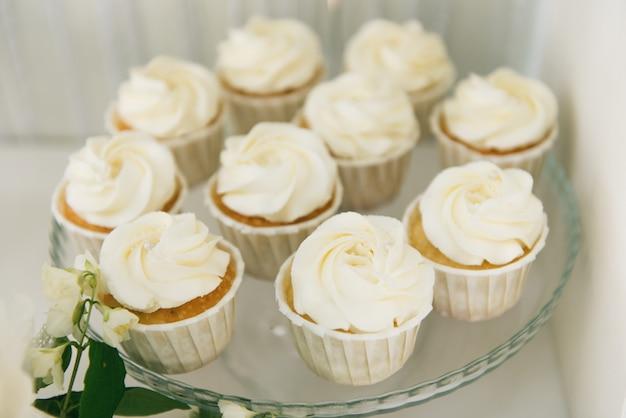 Candy bar. witte cupcakes. het concept van verjaardagsfeestjes voor kinderen en bruiloften