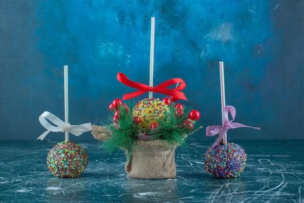 Candy gecoate lollies op blauwe achtergrond. hoge kwaliteit foto