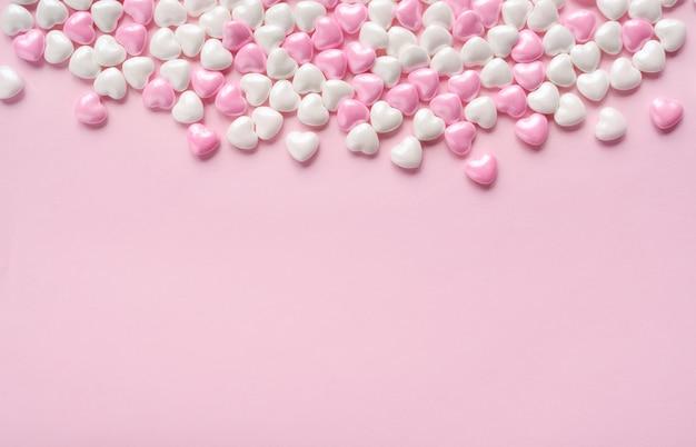 Candy harten op roze achtergrond voor valentijnsdag. ruimte kopiëren. mock-up