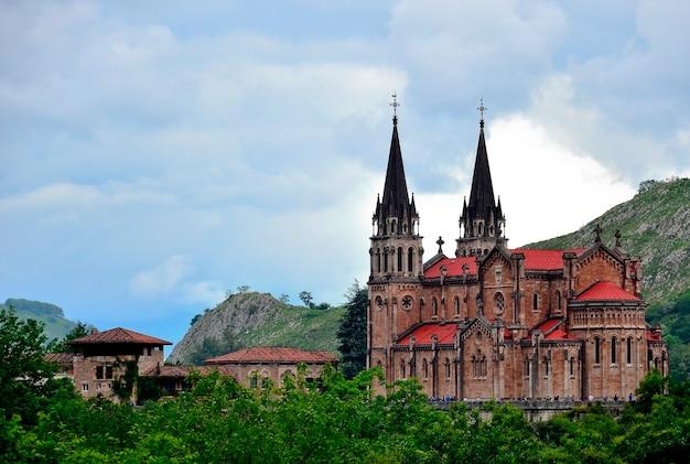 Cangas de onis spanje de koninklijke basiliek en het heiligdom van onze-lieve-vrouw van covadonga, een beroemde site in asturië