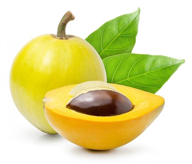 Canistel of eggfruit met bladeren en snijd half geïsoleerd op witte achtergrond