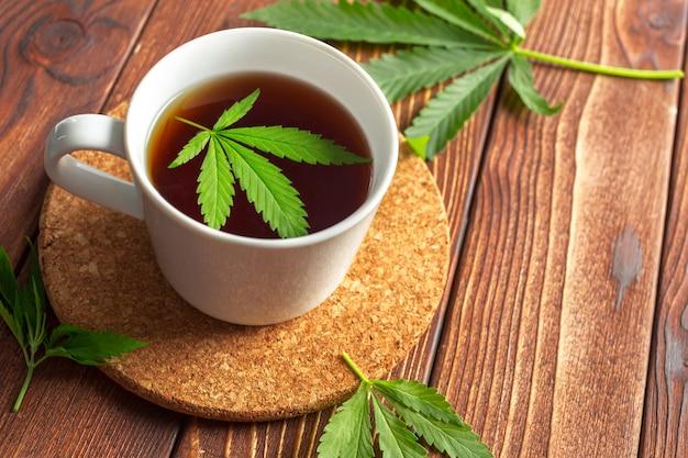 Cannabis kruidenthee en marihuanabladeren