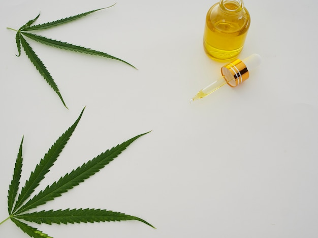 Cannabis met extractolie in een fles