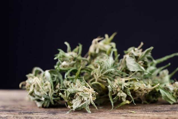 Cannabisblad op oude houten tafel
