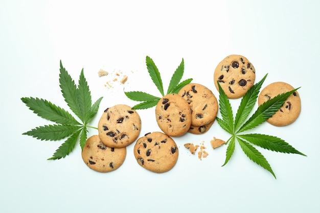 Cannabisbladeren en koekjes op wit