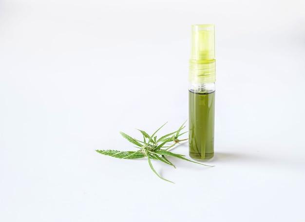 Cannabisknop en olie op witte achtergrond