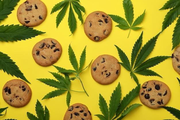 Cannabiskoekjes en bladeren op geel