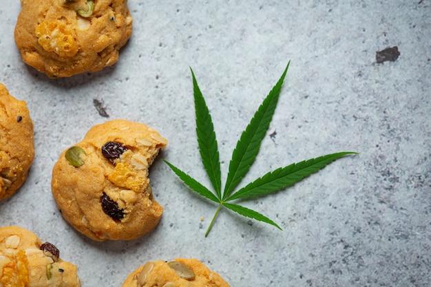 Cannabiskoekjes en cannabisbladeren op de vloer