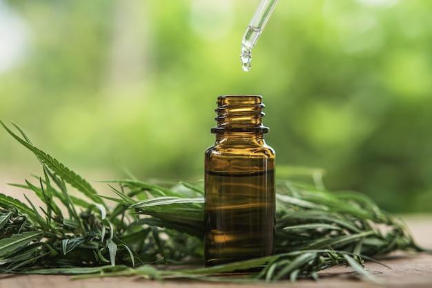 Cannabiskruid en bladeren met olie-extracten in potten. medische concept