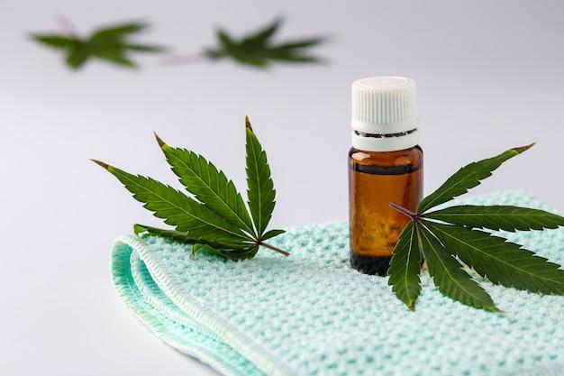 Cannabisolie-extract in een glazen pot op een witte