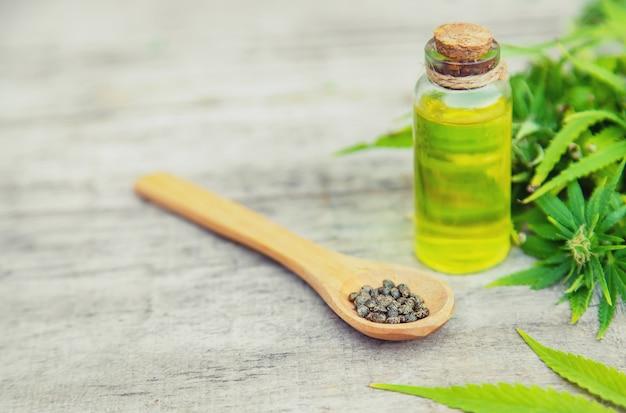 Cannabisolie in een klein flesje