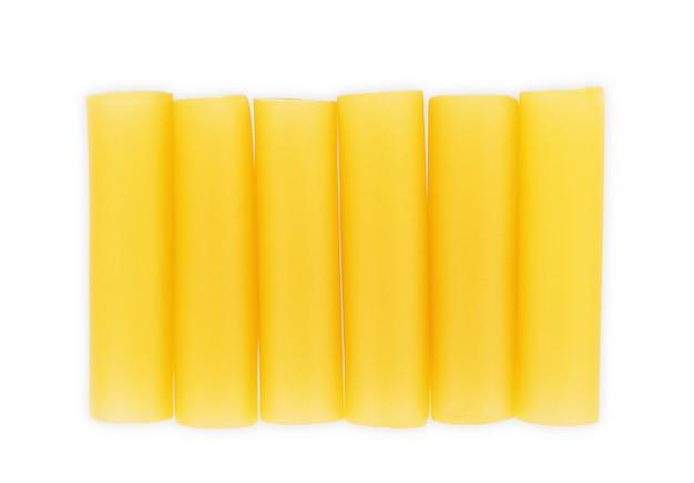 Cannelloni rauwe pasta op een witte achtergrond