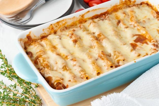 Cannellonipasta met vulling van rundergehakt, tomaten, gebakken met bechameltomatensaus