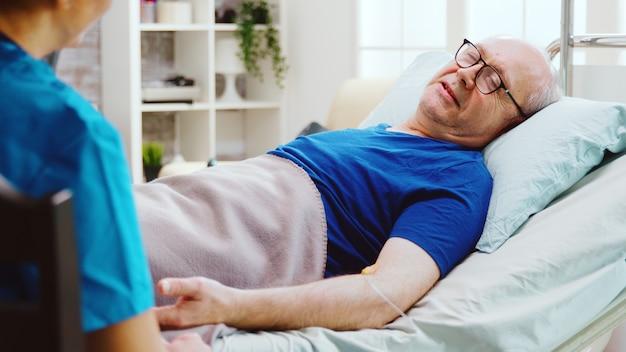 Cannula verpleeghuis ziekenhuis bed bejaarde man ziek geneeskunde pensioen