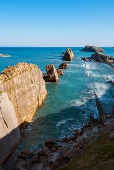 Cantabrisch kustlijnlandschap in costa quebrada, santander, spanje.