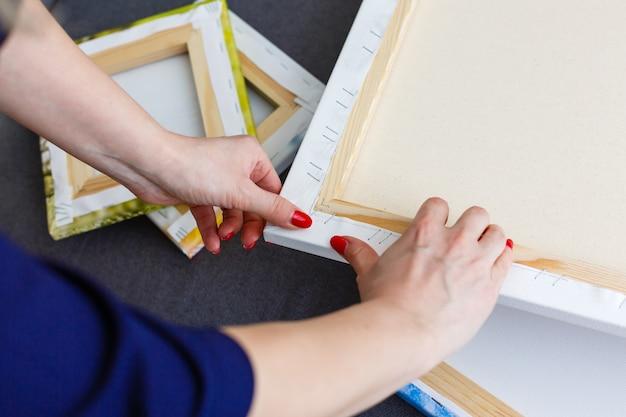 Canvas afdrukken. foto met galerijomslagmethode van canvas uitrekken op draagbalk, zijkant