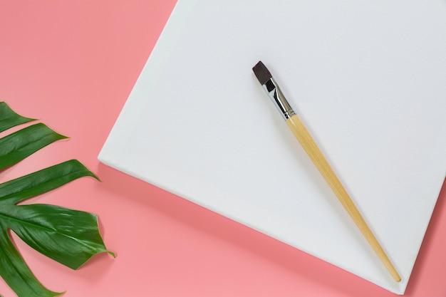 Canvas met penselen voor artiest. artistieke uitrusting en leeg canvas.
