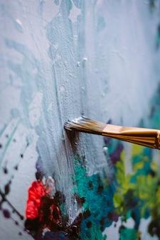 Canvas met verf en kwasten