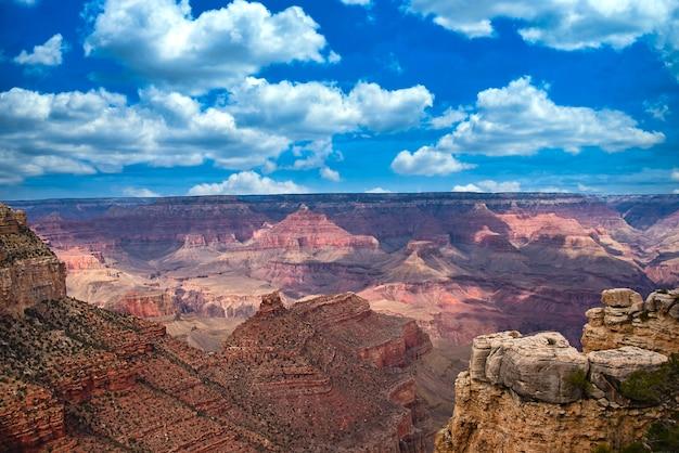 Canyon landschap met bewolkte hemel