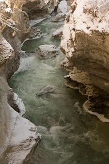 Canyon van de berg rivier winterdag