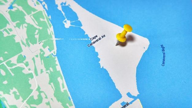 Cape canaveral, florida, vs op een kaart met een gekleurde speld