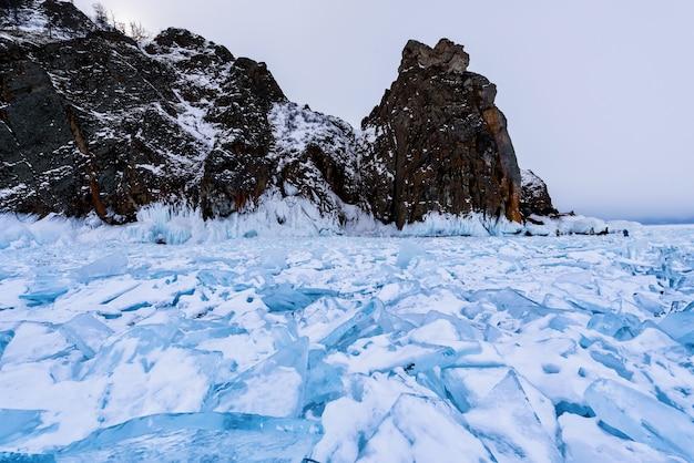 Cape hoboy in olkhon eiland bedekt met ijspegels in zonnige maart dag.