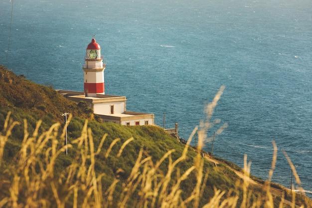 Cape silleiro vuurtoren voor de atlantische oceaan in baiona, galicië.
